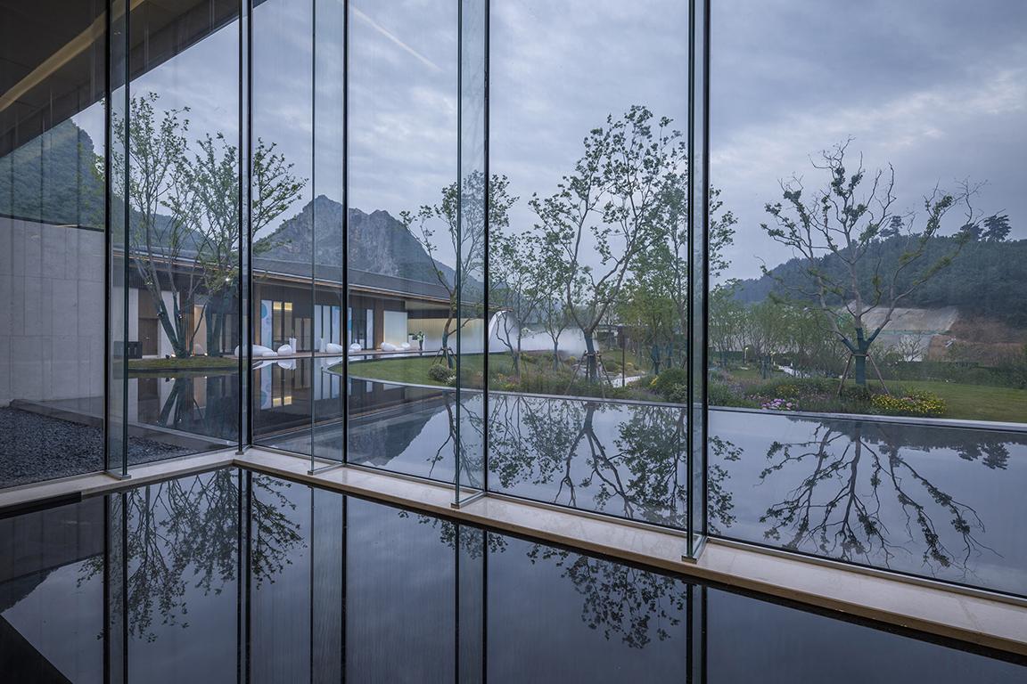 06 Mirror water infiltrate indoor and outdoor